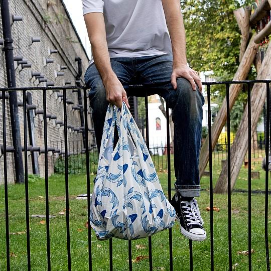 Cada bolsa esta fabricada con 6 botellas de plástico recicladas