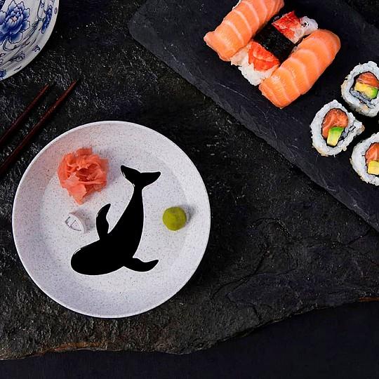 Un plato con salsera en forma de ballena muy orginal