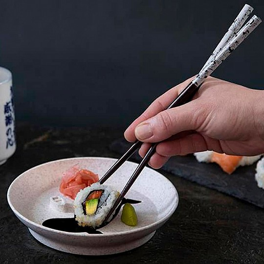 Añade salsa de soja en la ballena y moja el sushi
