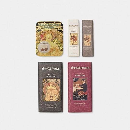Cinco tipos de chocolate decorados con un envoltorio con gráficas antiguas de Amatller en una caja regalo