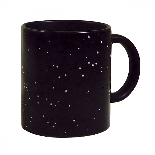 A temperatura ambiente, la taza tiene unos dibujos de estrellas simulando un cielo de noche