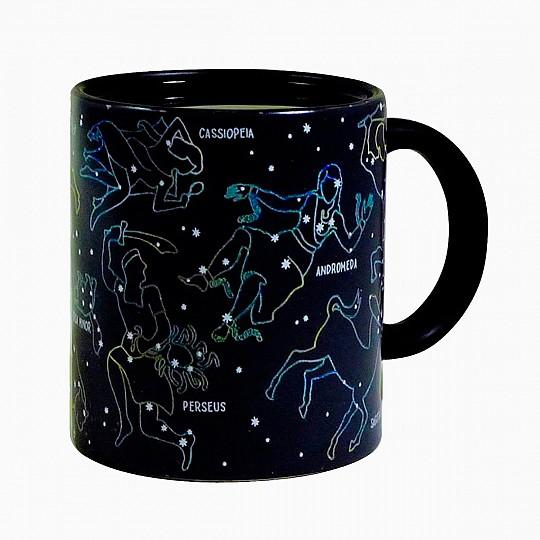 Cuando la llenas con cualquier bebida caliente, aparecen las once constelaciones con sus nombres