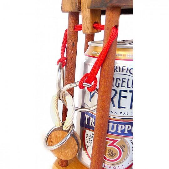 La jaula se cierra con un candado de madera unido con anillas y una cuerda de color rojo