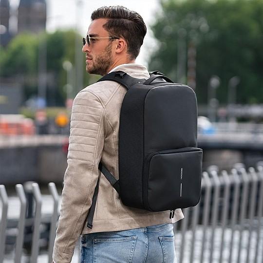 La mochila antirrobo Flex Gym es flexible. Üsala para ir al trabajo y como bolsa de deporte