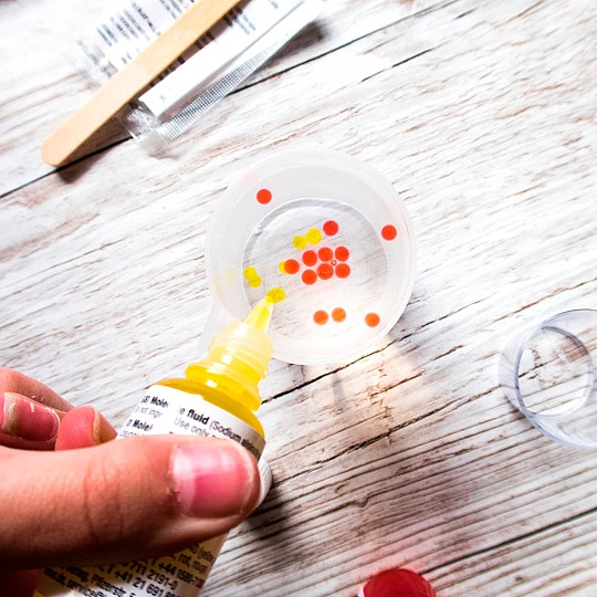 Agrega el líquido de colores a la mezcla