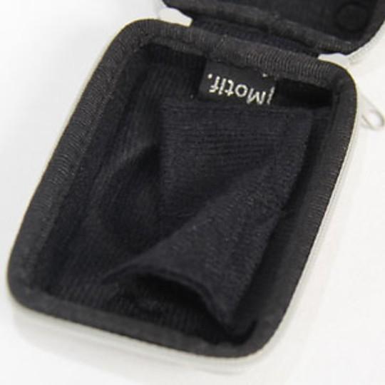 En su interior lleva un bolsillito para los accesorios
