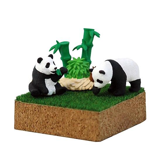 Los pandas comen su bambú relajadamente...