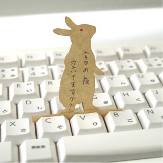 El conejo está muy atento