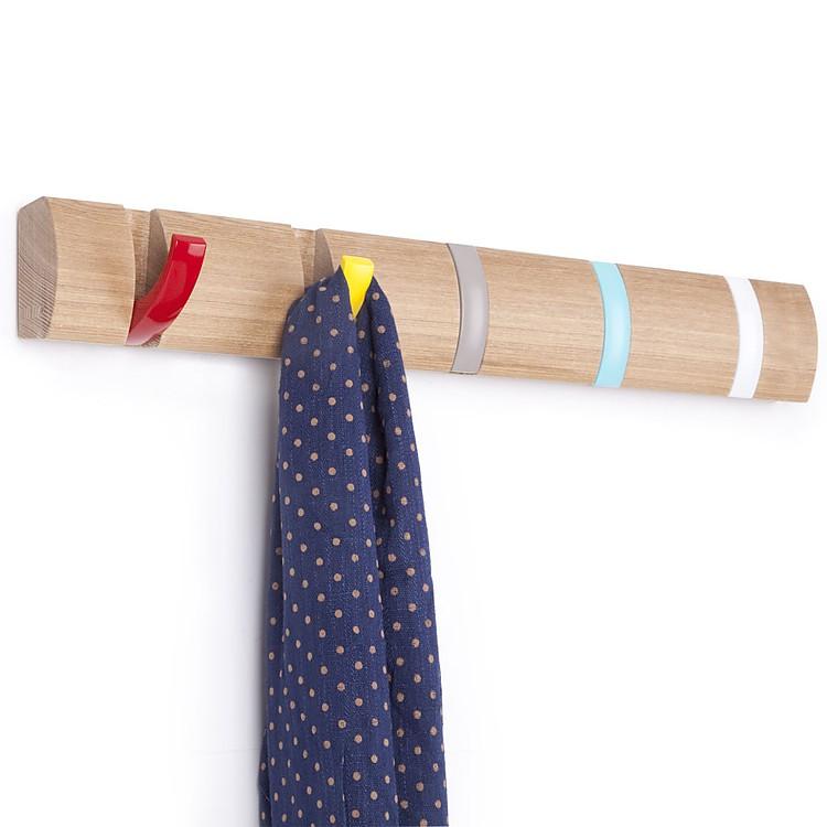 Perchero de madera con ganchos de colores for Ganchos para cortinas de madera