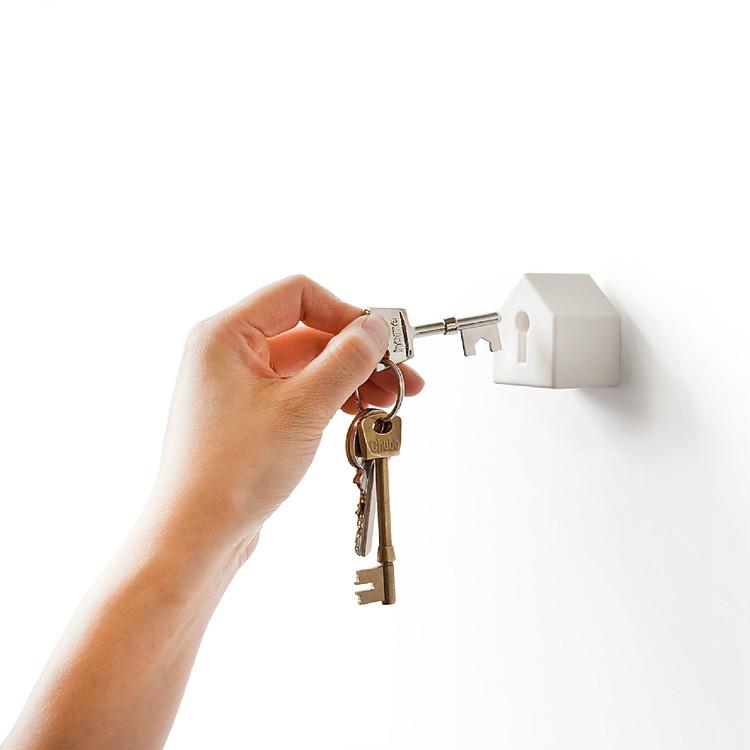 image Buscando las llaves de su auto en su arranque