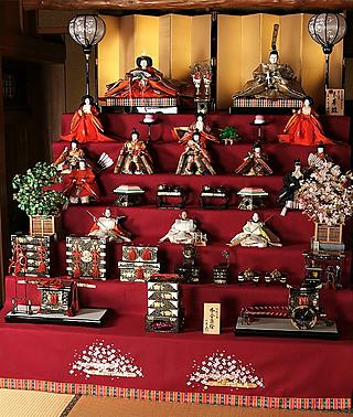 A complete Ohina-sama set, with a 7-tiered platform