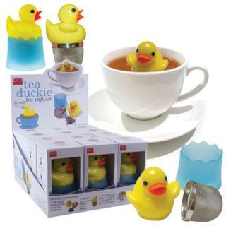 El kit del colador incluye: pato de goma, filtro y plato con forma de piscina