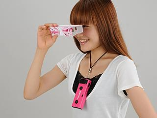 Una chica mira una foto de 3DShotCam con el visor