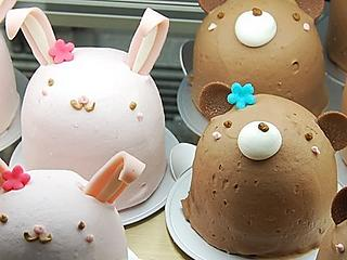 Rabbit and bear shaped White Day cakes at the Anniversary shop